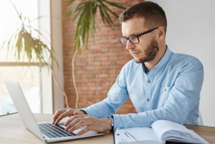 Volite da pišete? Evo kako da zaradite pisanjem putem popularne internet platforme