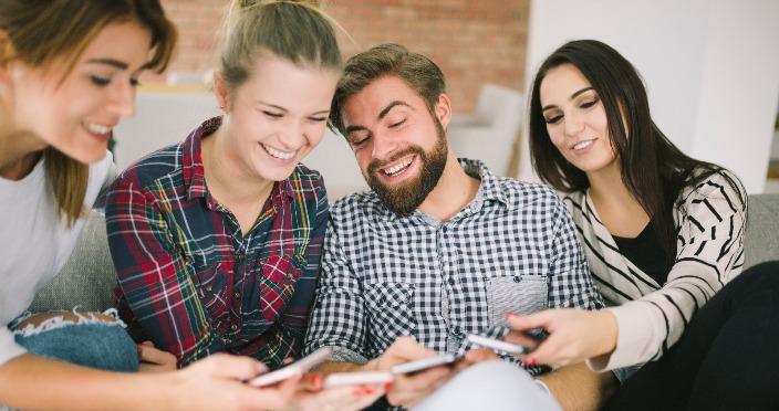 Mladi gledaju mobilne telefone SEO manager
