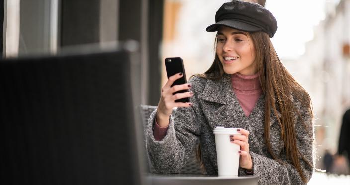 devojka sedi na kafi i gleda ITAcademy sajt SEO