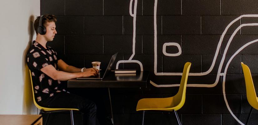 Digitalno nomad radi za laptopom