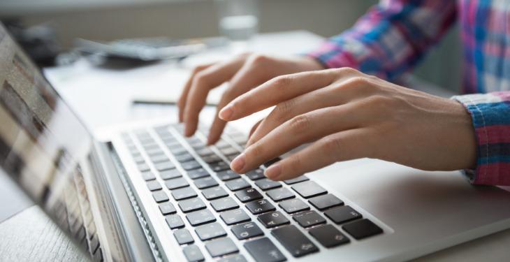 rad za laptopom ruke virtuelni asistent