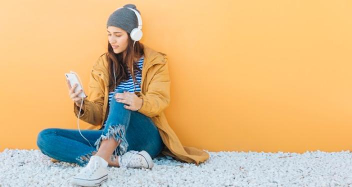 Tinejdžerka na telefonu koristi TikTok aplikaciju